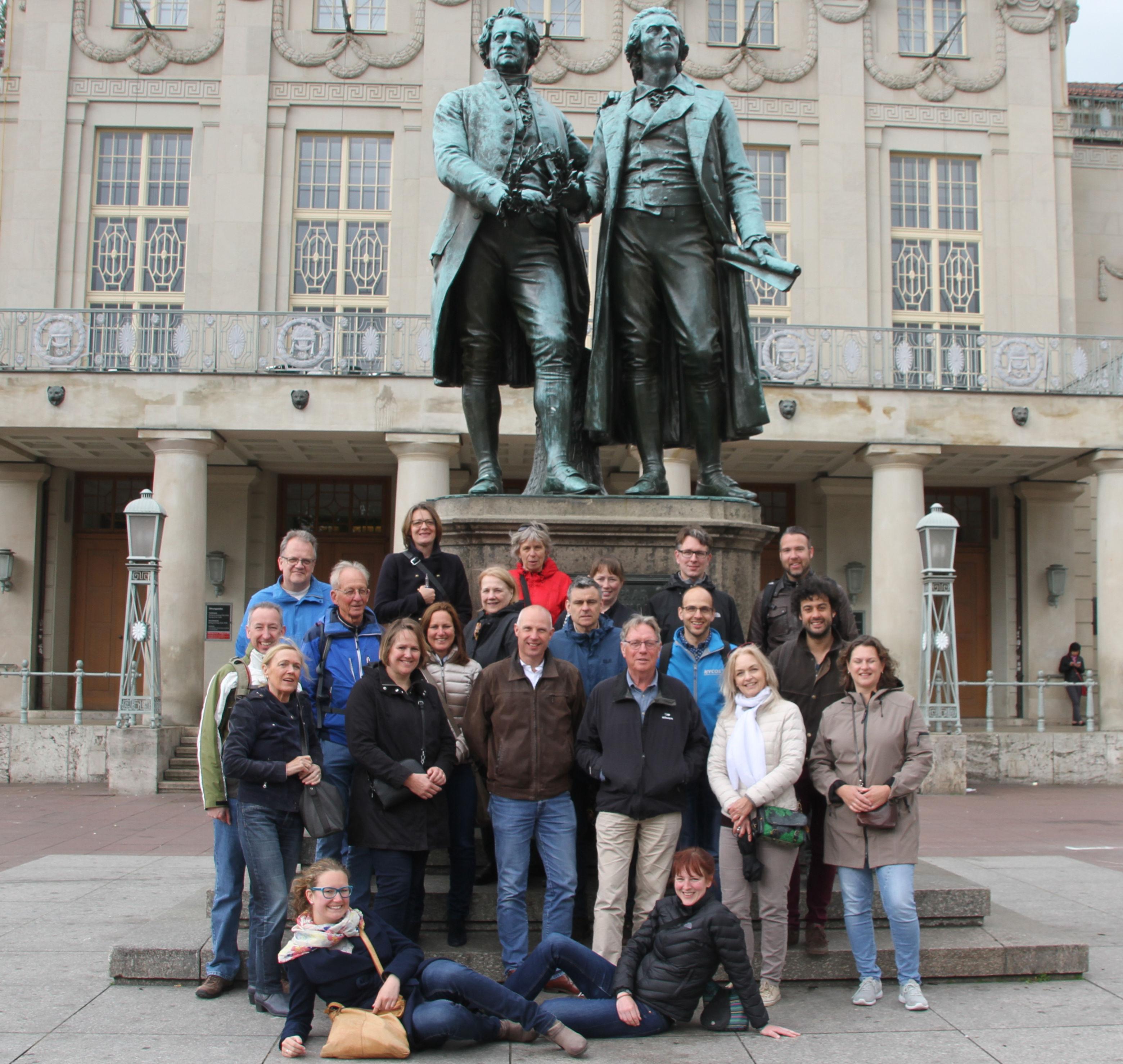 Weimar: deel van het HPhO voor het standbeeld van Goethe en Schiller